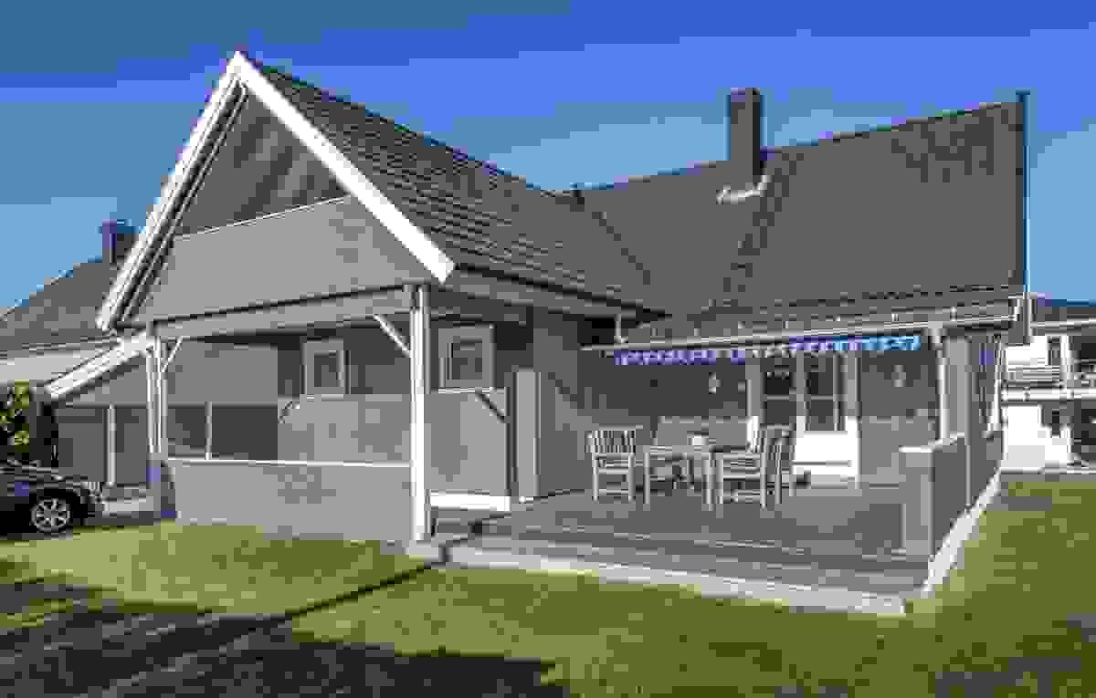 """Husets plassering, tilbaketrukket nordøst på eiendommen, gir et åpent, solrikt sør- og vestvendt """"uterom"""" som oppleves svært lys og solrik"""