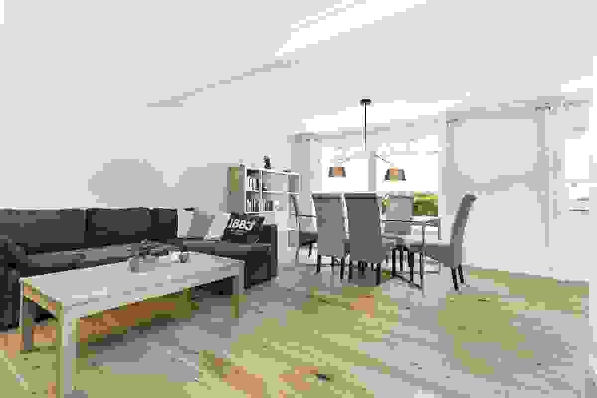 Det er god plass til både tv-salong og stort spisestuemøblement.