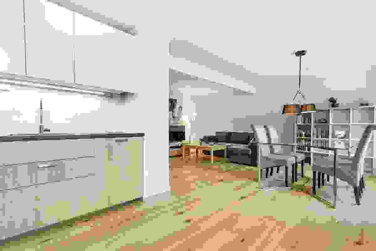 Åpen løsning fra kjøkkenet til spisestuen.