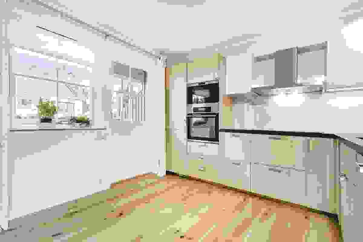 Fra kjøkkenet er det utgang til den flotte og usjenerte uteplassen.