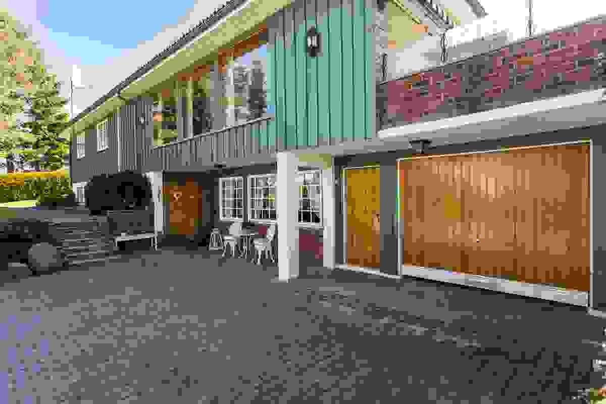 Inngangsparti og garasje i tilknyttning til boligen