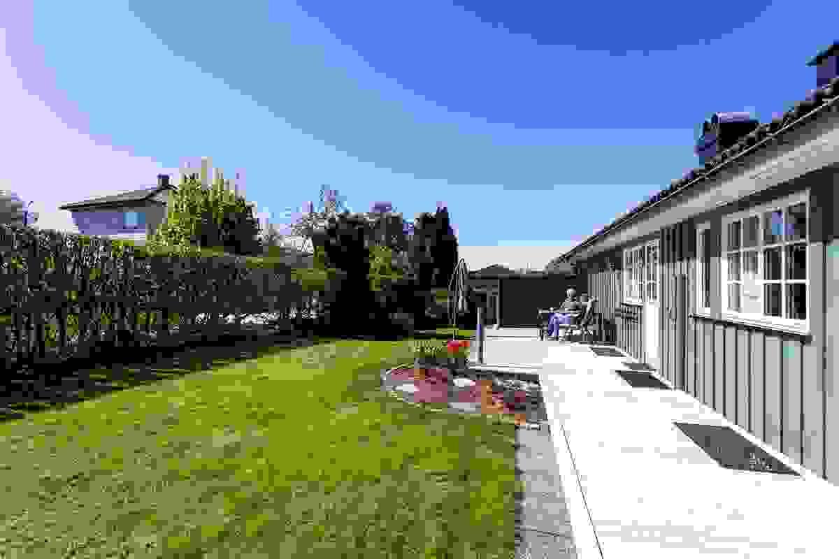 Terrasse og hage mot sør
